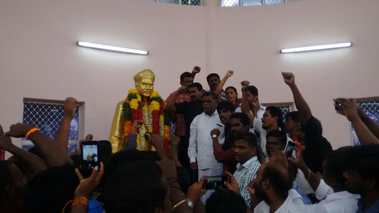 naam-tamilar-seeman-pays-tributes-to-vo-chithambaram-memorial-day  18-11-2016 வ.உ.சிதம்பரனார் 80ஆம் ஆண்டு நினைவுநாள் – சீமான் மலர்வணக்கம் naam tamilar seeman pays tributes to vo chithambaram memorial day4