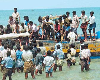 தமிழக மீனவர்கள் மீது இலங்கை இனவெறி கடற்படை வெறித்தாக்குதல். 30 மீனவர்கள் படுகாயம்.