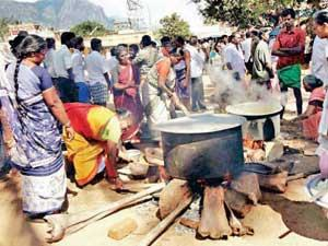 Theni_people_cooking_food_for_Tamil_refugees