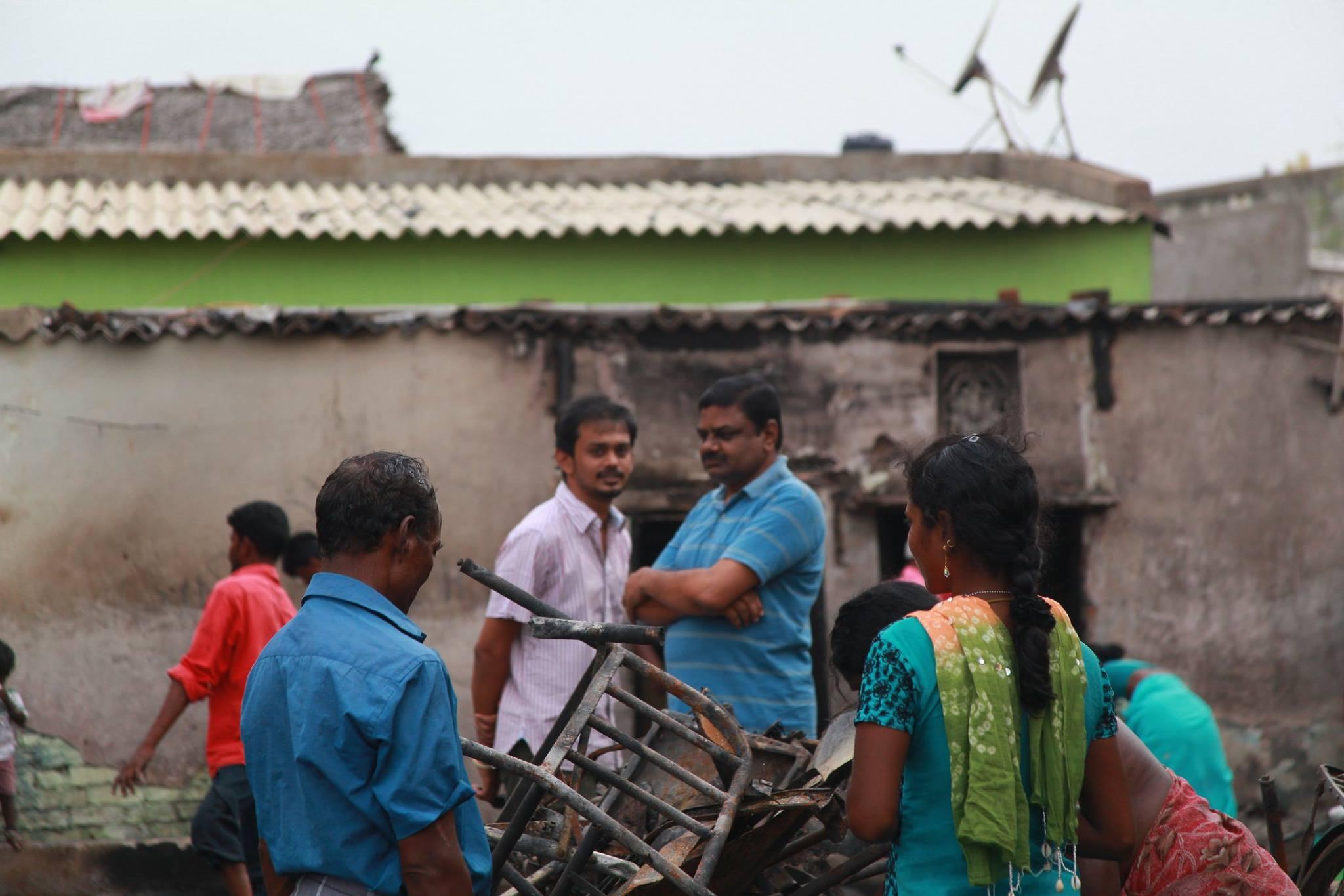 besant-nagar-huts-fire3  பெசன்ட் நகர் குடிசைப்பகுதியில் தீவிபத்து – நாம் தமிழர் கட்சியினர் நேரில் சந்தித்து ஆறுதல் besant nagar huts fire3