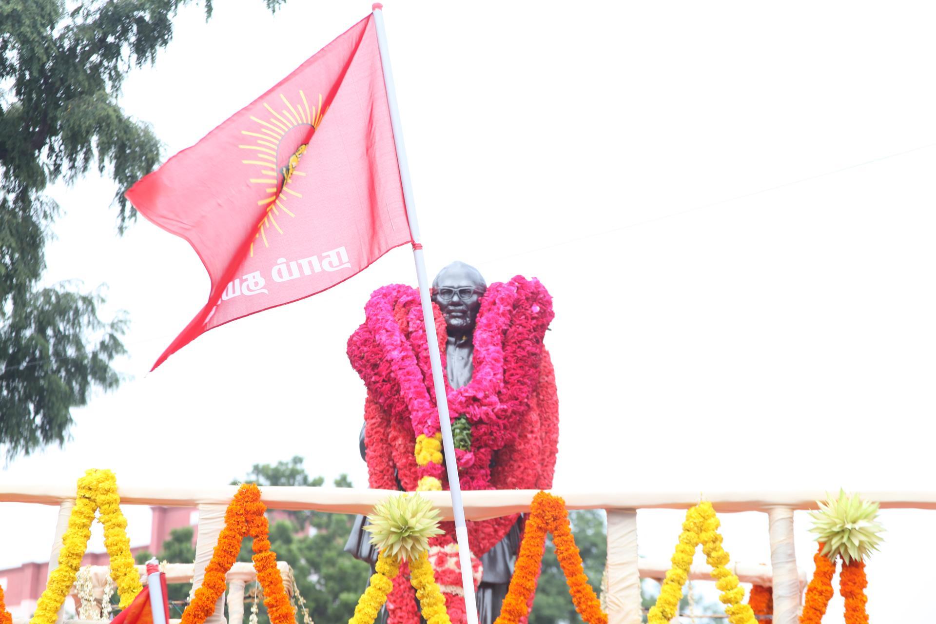'தமிழர் தந்தை' சி.பா. ஆதித்தனார் 113ஆம் ஆண்டு பிறந்தநாள்: சீமான் மலர்வணக்கம் naam tamilar katchi seeman paying floral tributes si paa aadhithanar 113th birth anniversary1