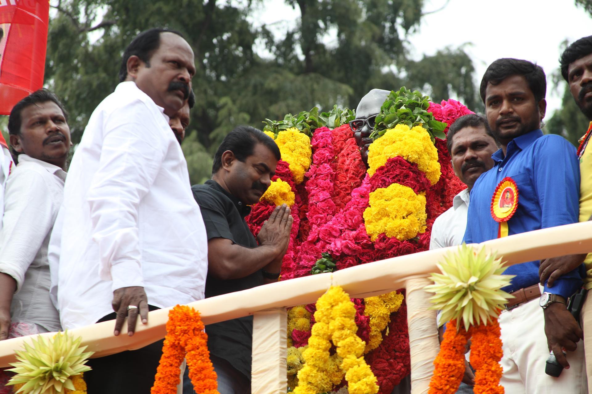 'தமிழர் தந்தை' சி.பா. ஆதித்தனார் 113ஆம் ஆண்டு பிறந்தநாள்: சீமான் மலர்வணக்கம் naam tamilar katchi seeman paying floral tributes si paa aadhithanar 113th birth anniversary3