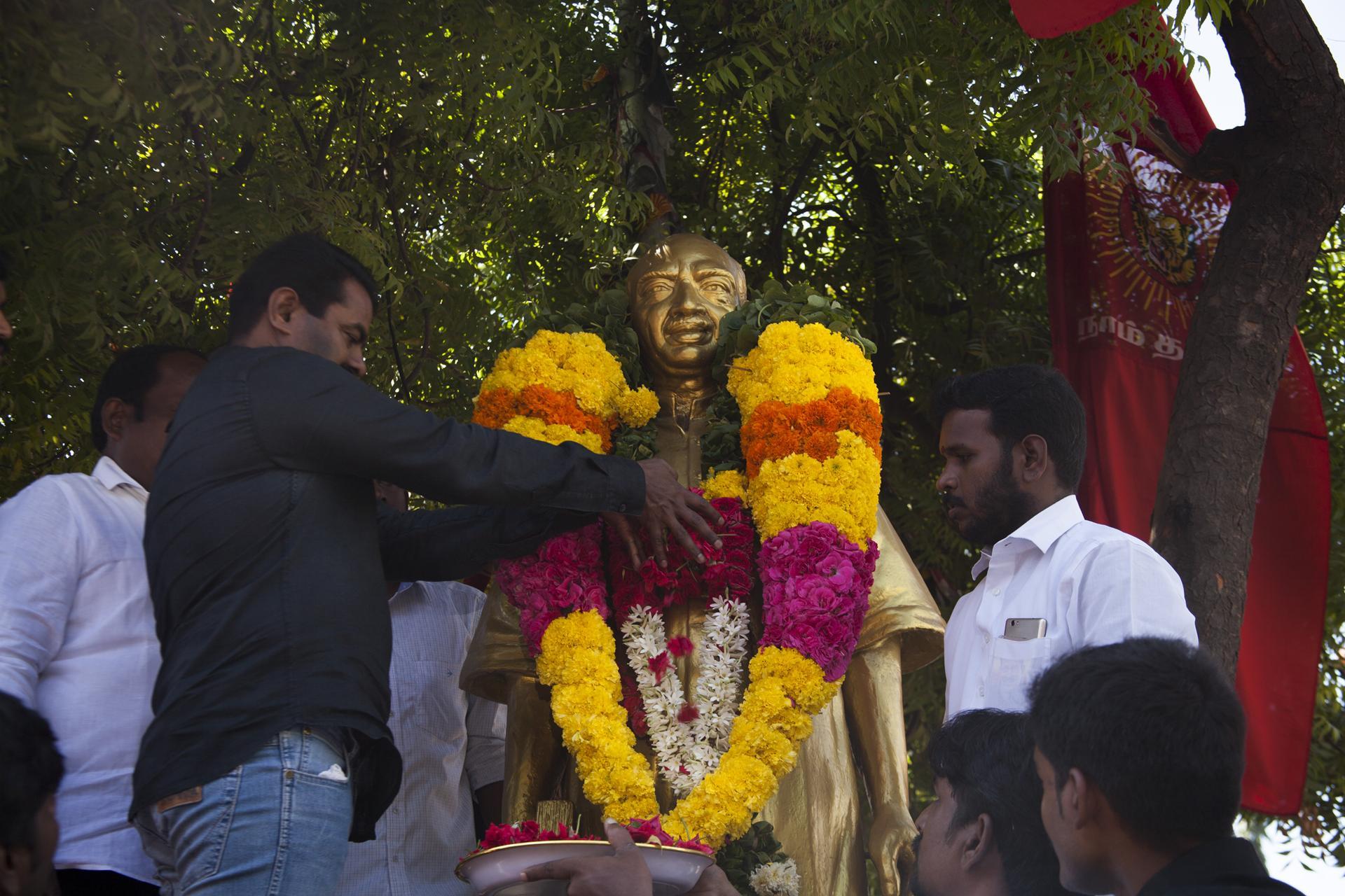 செய்தி: பெருந்தலைவர் காமராசர் 42ஆம் ஆண்டு நினைவுநாள் – சீமான் மலர்வணக்கம் | naam tamilar katchi seeman paying floral tributes kamarajar 42nd death anniversary1 1