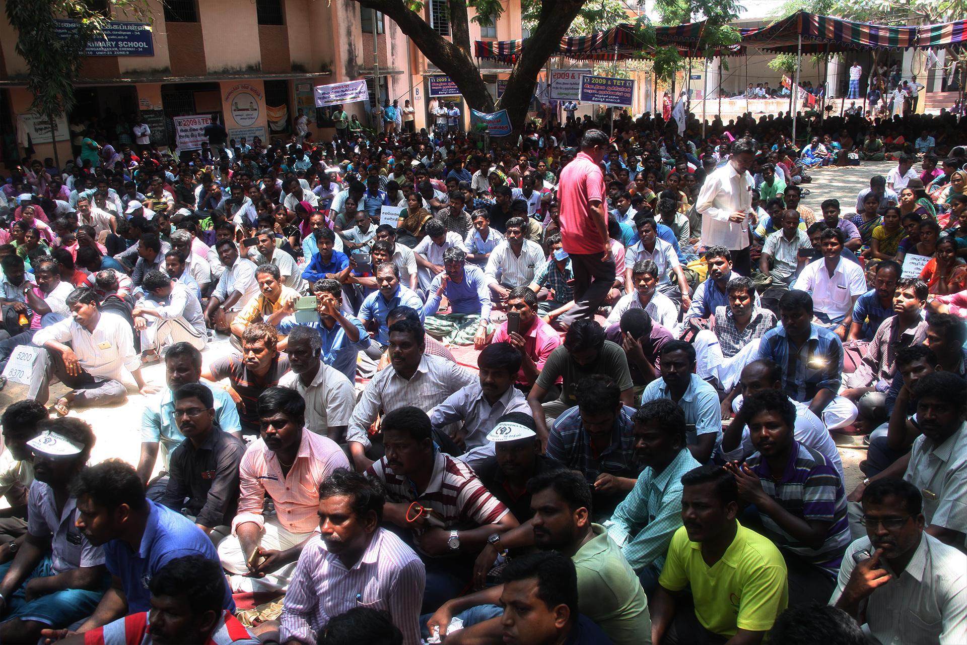 ஊதிய முரண்பாடுகளைக் களையக்கோரி இடைநிலை ஆசிரியர்கள் தொடர் போராட்டம் – சீமான் நேரில் ஆதரவு TET Secondary Teachers Protest Equal Pay For Equal Post Chennai Seeman Support 1