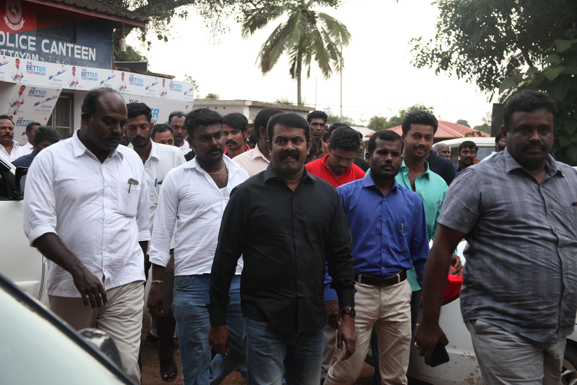 வெள்ள நிவாரணப் பொருட்களை வழங்கச் சென்ற சீமானிடம் கேரள காவல்துறையினர் விசாரணை naam tamilar katchi seeman visits kerala flood affected area flood relief campaign kottayam sanganasery camp 1