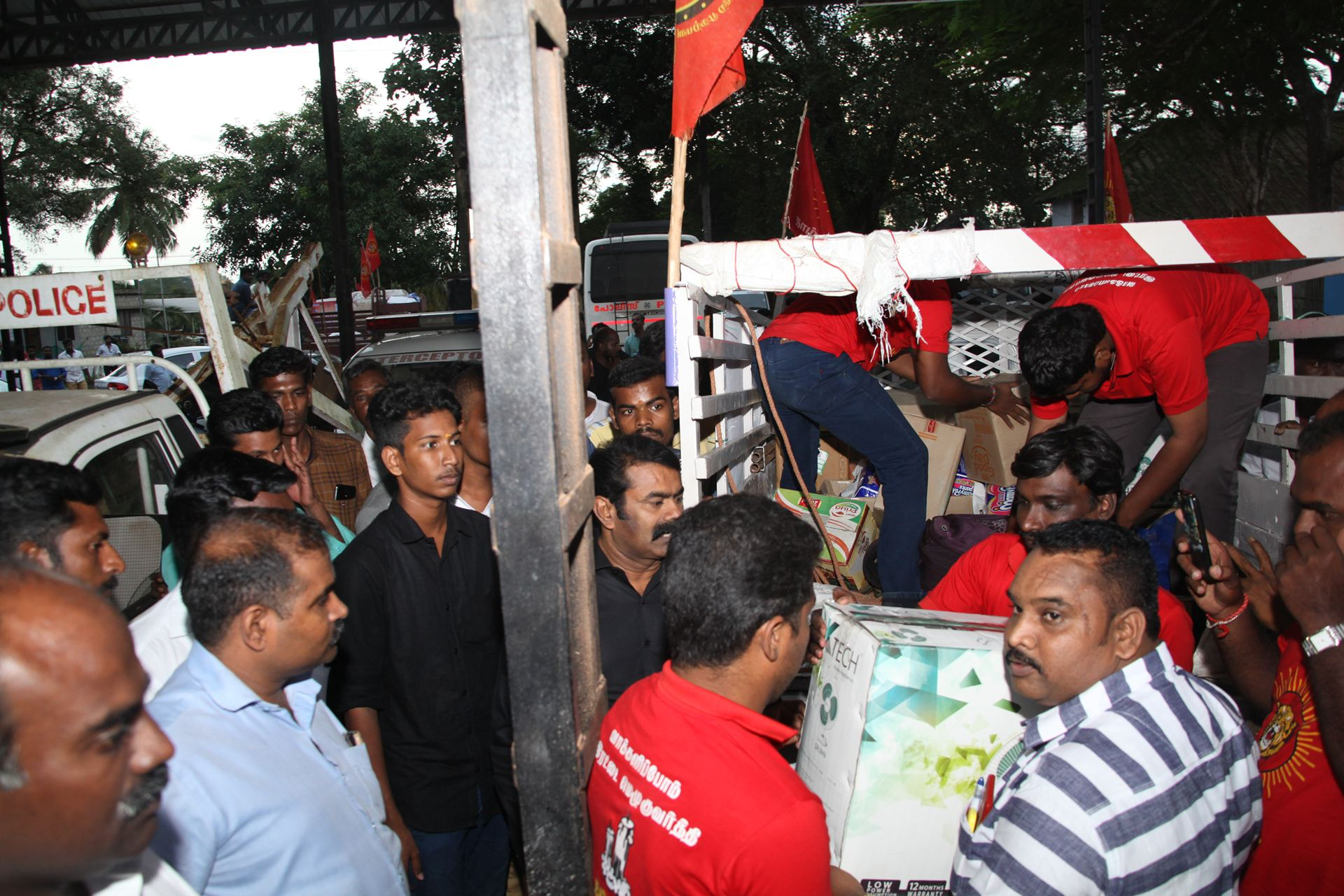 வெள்ள நிவாரணப் பொருட்களை வழங்கச் சென்ற சீமானிடம் கேரள காவல்துறையினர் விசாரணை naam tamilar katchi seeman visits kerala flood affected area flood relief campaign kottayam sanganasery camp 2