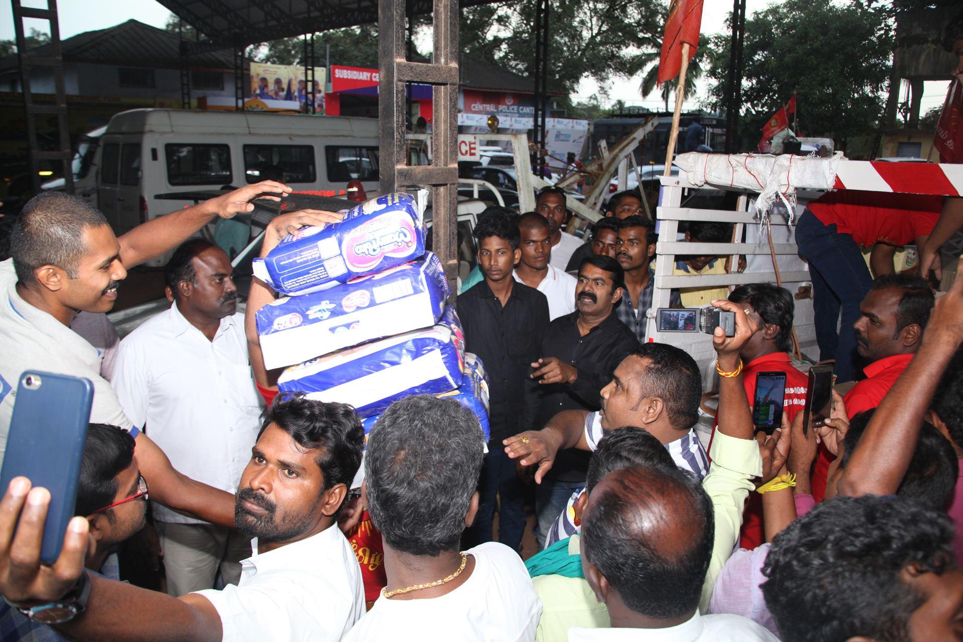 வெள்ள நிவாரணப் பொருட்களை வழங்கச் சென்ற சீமானிடம் கேரள காவல்துறையினர் விசாரணை naam tamilar katchi seeman visits kerala flood affected area flood relief campaign kottayam sanganasery camp 3