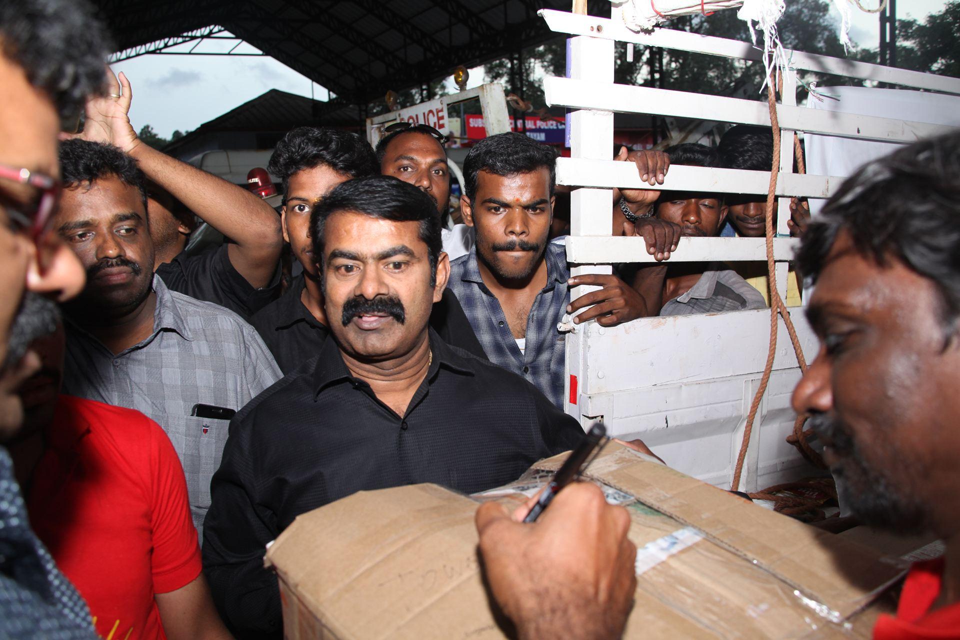 வெள்ள நிவாரணப் பொருட்களை வழங்கச் சென்ற சீமானிடம் கேரள காவல்துறையினர் விசாரணை naam tamilar katchi seeman visits kerala flood affected area flood relief campaign kottayam sanganasery camp 4
