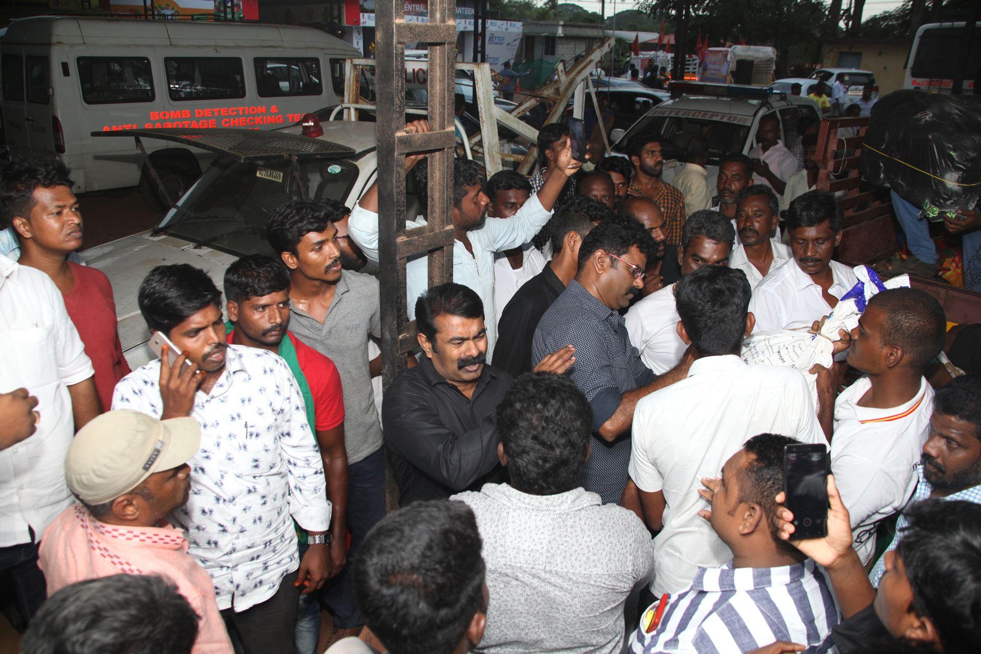 வெள்ள நிவாரணப் பொருட்களை வழங்கச் சென்ற சீமானிடம் கேரள காவல்துறையினர் விசாரணை naam tamilar katchi seeman visits kerala flood affected area flood relief campaign kottayam sanganasery camp 5