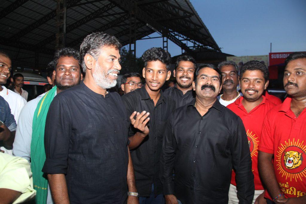 வெள்ள நிவாரணப் பொருட்களை வழங்கச் சென்ற சீமானிடம் கேரள காவல்துறையினர் விசாரணை naam tamilar katchi seeman visits kerala flood affected area flood relief campaign kottayam sanganasery camp 7 1024x683