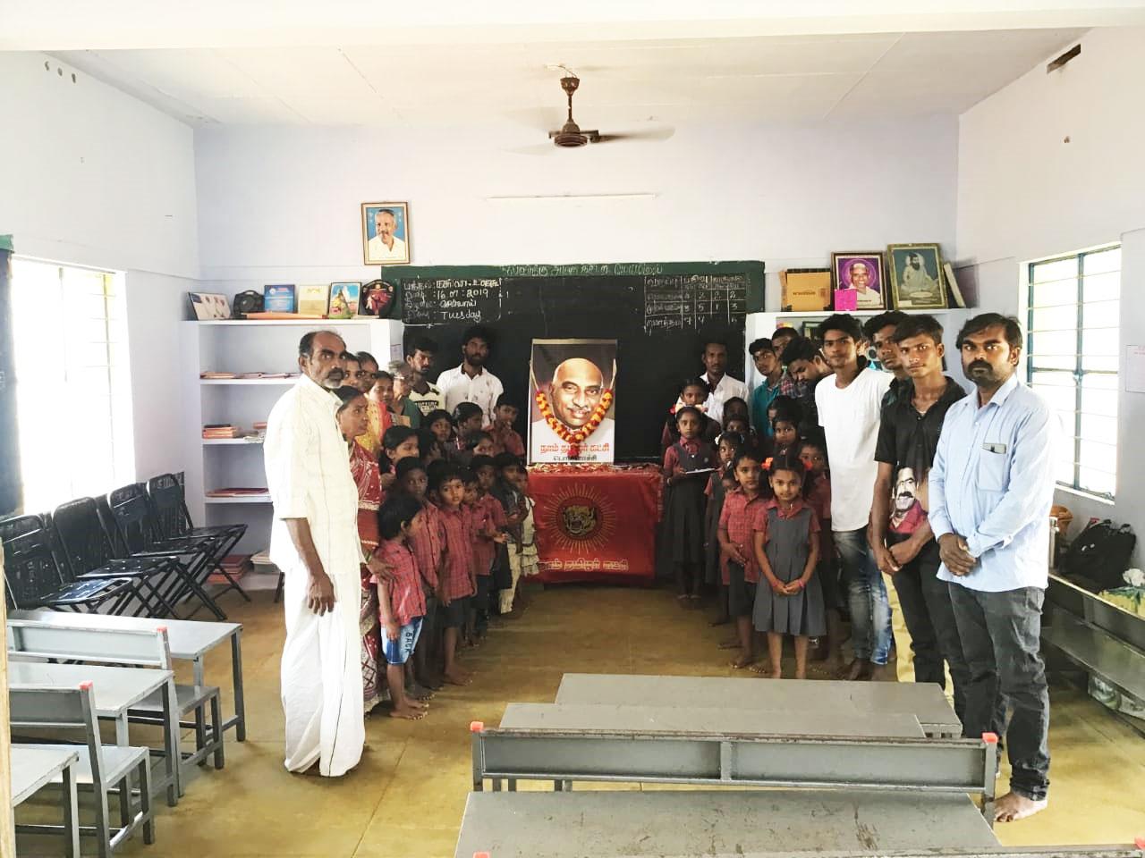 காமராசர் பிறந்த நாள் விழா-பள்ளி குழந்தைகளுக்கு பரிசு வழங்கும் நிகழ்வு